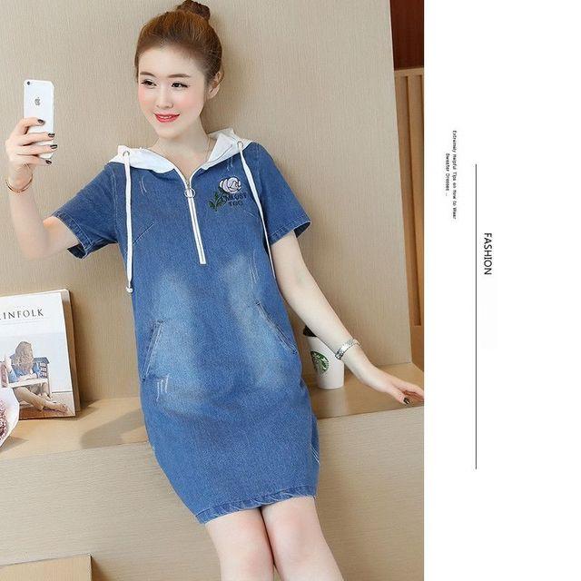 Đầm Jean Oversize Phối Nón Đỏ Thêu Hoa Hồng