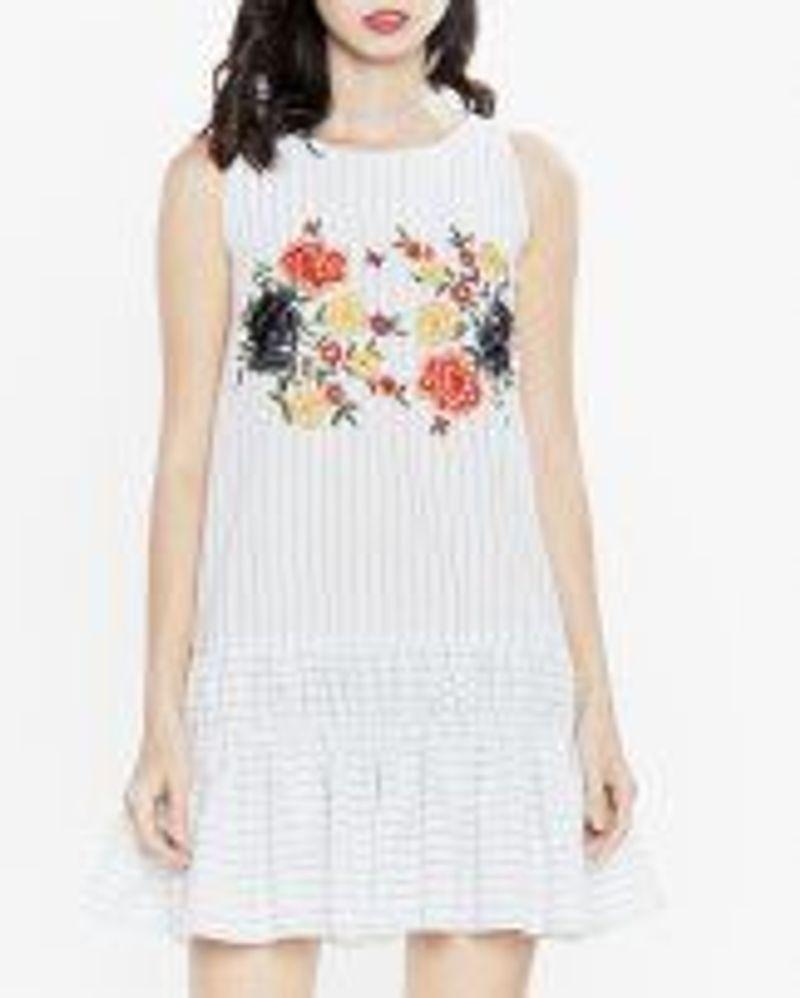 Đầm trắng thêu hoa