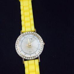 Đồng hồ thời trang mới. giá sỉ 39k/cái. có gần 200 kiểu . web bansisaigon.com
