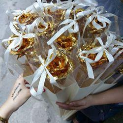 Hộp quà tặng hoa hồng mạ vàng cực xinh - bìa cứng thắt nơ mãu mới năm nay thị trường rất hiếm hoặc chưa có hàng về nhiều đẹp từ vỏ hộp lẫn hoa mạ vàng nó xinh tươi hơn cả hình nên khỏi úp nhiều hình up tự chụp nhé