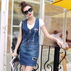 Đầm jean yếm thêu logo phối dây kéo
