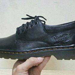 Giày đốc gót đen và màu da bò