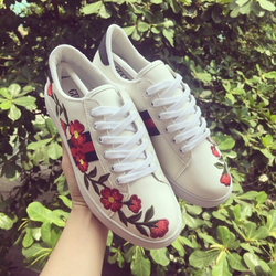 Giày sneaker thêu hoa giá sỉ