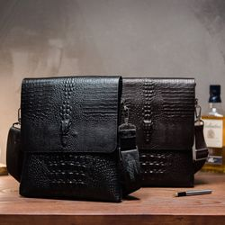 Túi đeo chéo vân cá sấu dành cho nam đựng ipad.