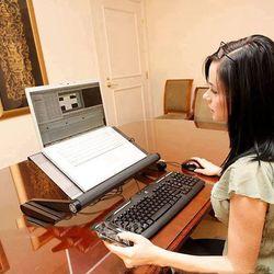 Bàn để laptop xoay đa năng chống mỏi lưng giá sỉ