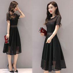 Đầm đen xòeren lưới vuôngcách điệu giá sỉ