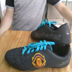 giày đá bóng MU đen giá sỉ
