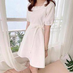 Riser Dress - Váy trắng cổ vuông xếp ly giá sỉ