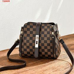 Túi đeo chéo 2 khóa sườn họa tiết giá sỉ