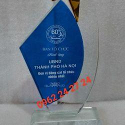cúp pha lê tặng học viên kỷ niệm chương pha lê trao tặng hội nghị trao tặng sự kiện cúp golf pha lê giá sỉ