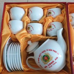 Bộ ấm chén Bộ công an - bộ tách trà Bộ Công An - Bộ tách trà công an - quà tặng bộ ấm chén - Bộ ấm chén - ấm chén gốm - ấm chén Bộ công an - Bộ công an kín tặng - quà tặng bộ công an - HAPPY KISS giá sỉ