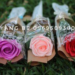 Bó hoa hồng cánh 1 bông từ giấy nhún handmade giá sỉ