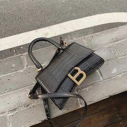 Túi đeo chéo móc chữ B vân da rắn thời trang
