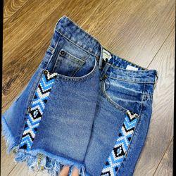 Quần short jeans thêu 2 bên hông giá sỉ