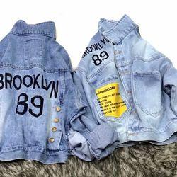 Áo khoác jean nữ thêu chữ BROOKLVN 89 nút 2 bên sau lưng giá sỉ